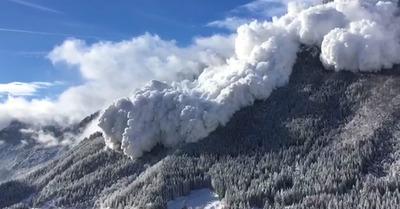 Enorme avalanche à la frontière Suisse-Autriche