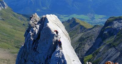 Escalade :  course d'arête face au Mont-Blanc