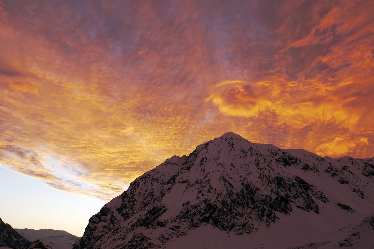Levés avec le soleil, qui embrase le ciel du Cajon de Maipo de couleurs irréelles...