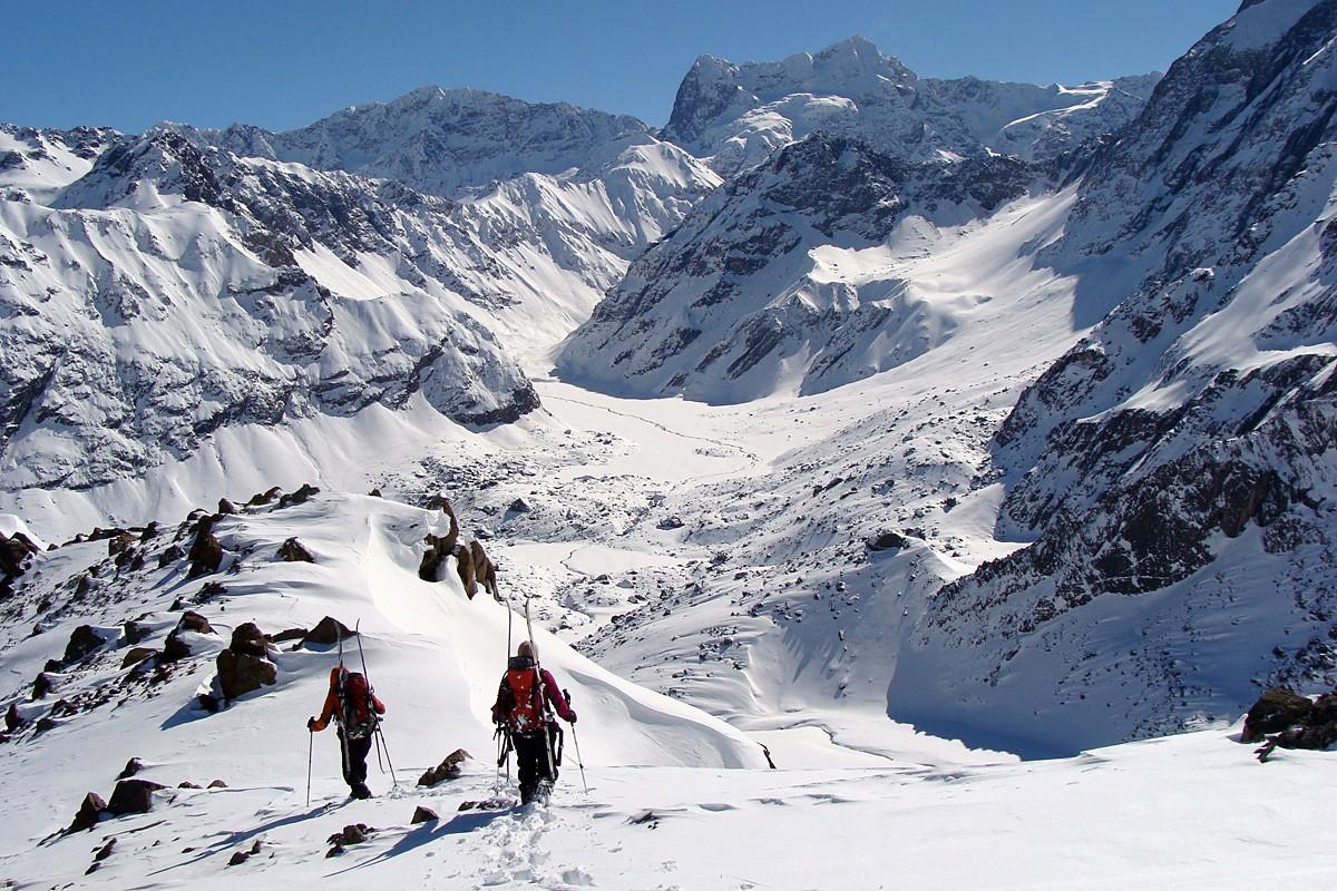 Notre premier vrai sommet andin, le Cerro Morro... ici sur la crête, il fait très chaud, on recherche un couloir où la neige serait bien conservée... en vain !