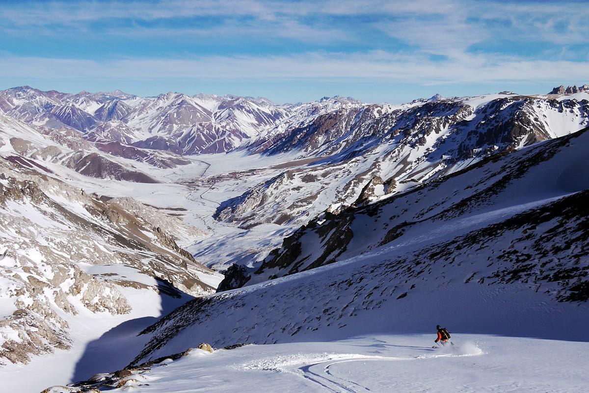 L´entrée du canyon en descendant de la brèche du Soldado, où le vent a déposé une petite couche inattendue au vu du peu de neige.... En fond, la vallée de station de Las Leñas.