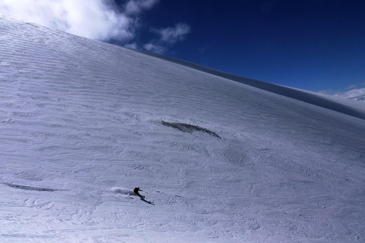 Dans la montée du Lonquimay, des nuages au sommet qui faisaient le yoyo ont bien joué avec nos nerfs... pour s'effacer complètement pour la descente.