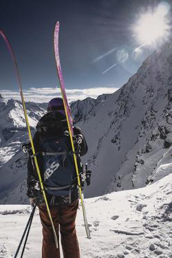 Tout là haut, ski sur le dos !